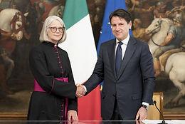 """The Italian Prime Minister signs the Intesa (""""Treaty"""") with the Church of England. Il Presidente del Consiglio dei Ministri firma l'Intesa con  l'associazione """"Chiesa d'Inghilterra"""""""
