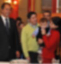 Daniel Scioli con las familias beneficiadas con la Ley de Fertilización asistida