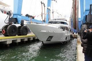 Superyacht-AZUL-a-Benetti-Delfino-93-superyacht-Benetti-Class-Range-319x212.jpg