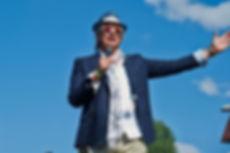 Alex Rosen på hatteparaden under Scandic Norsk Derby hos Øvrevoll Galopp
