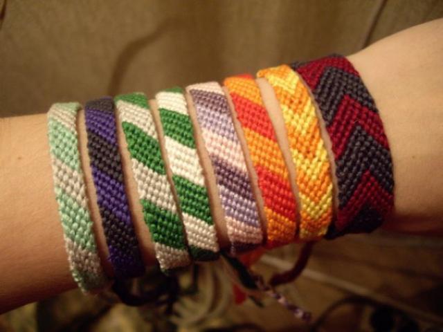Плетение браслетов не такой уж и сложный вид рукоделия, как кажется на первый взгляд...