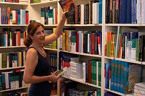 Pferdeschwanz_vor_Bücherregal.jpg