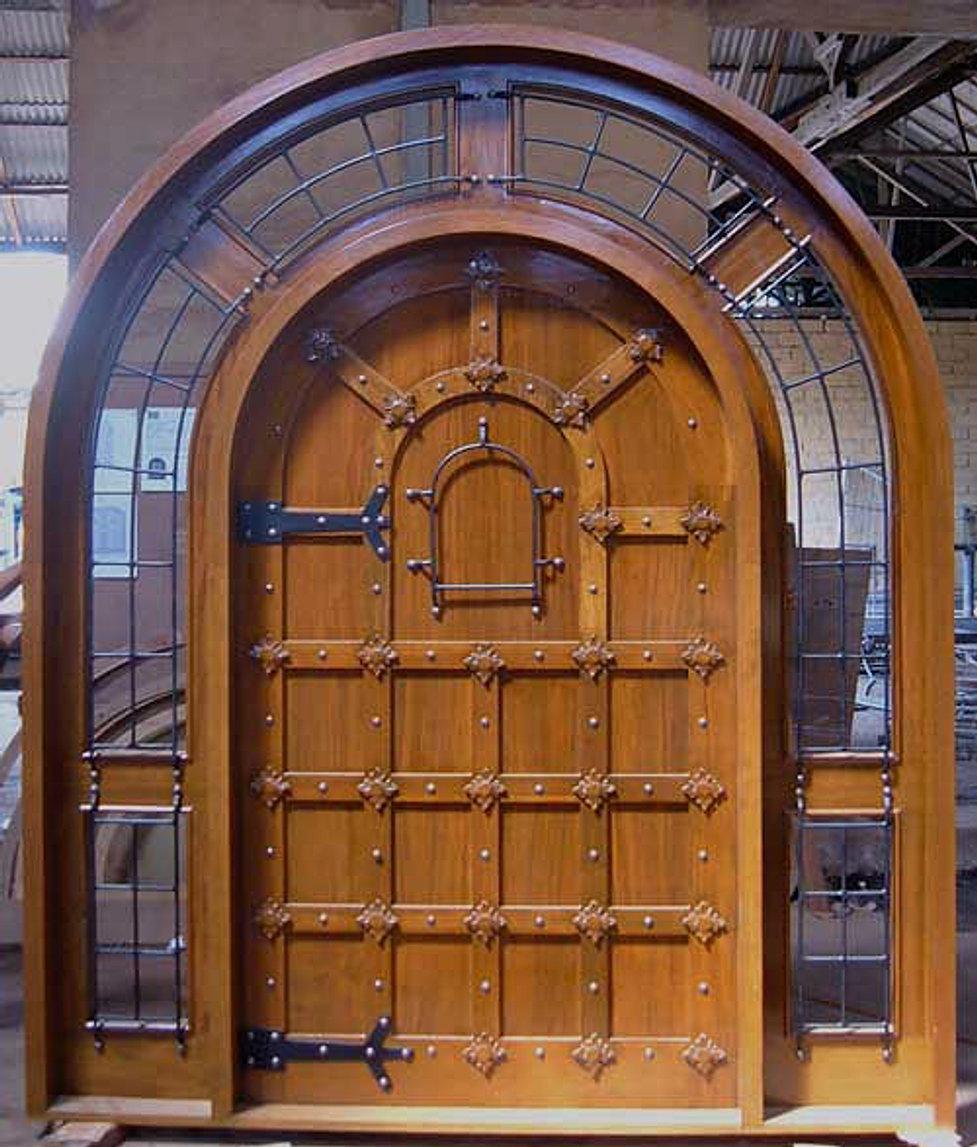 входные двери с ковкой дерева