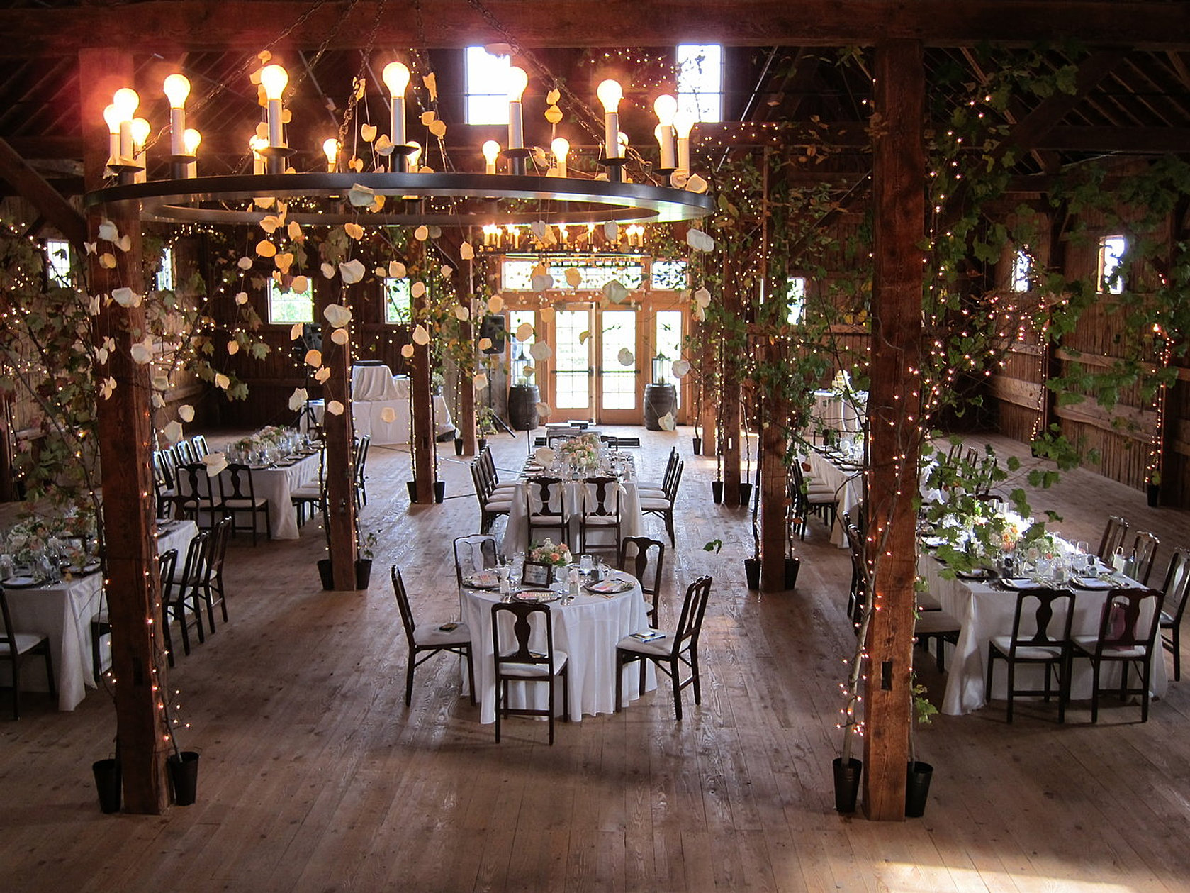 10 spectacular rustic barn wedding venues for Top wedding venues in new england