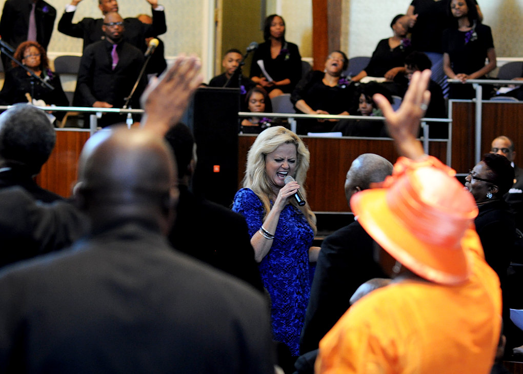 Vicki Yohe and Audience Prasing God