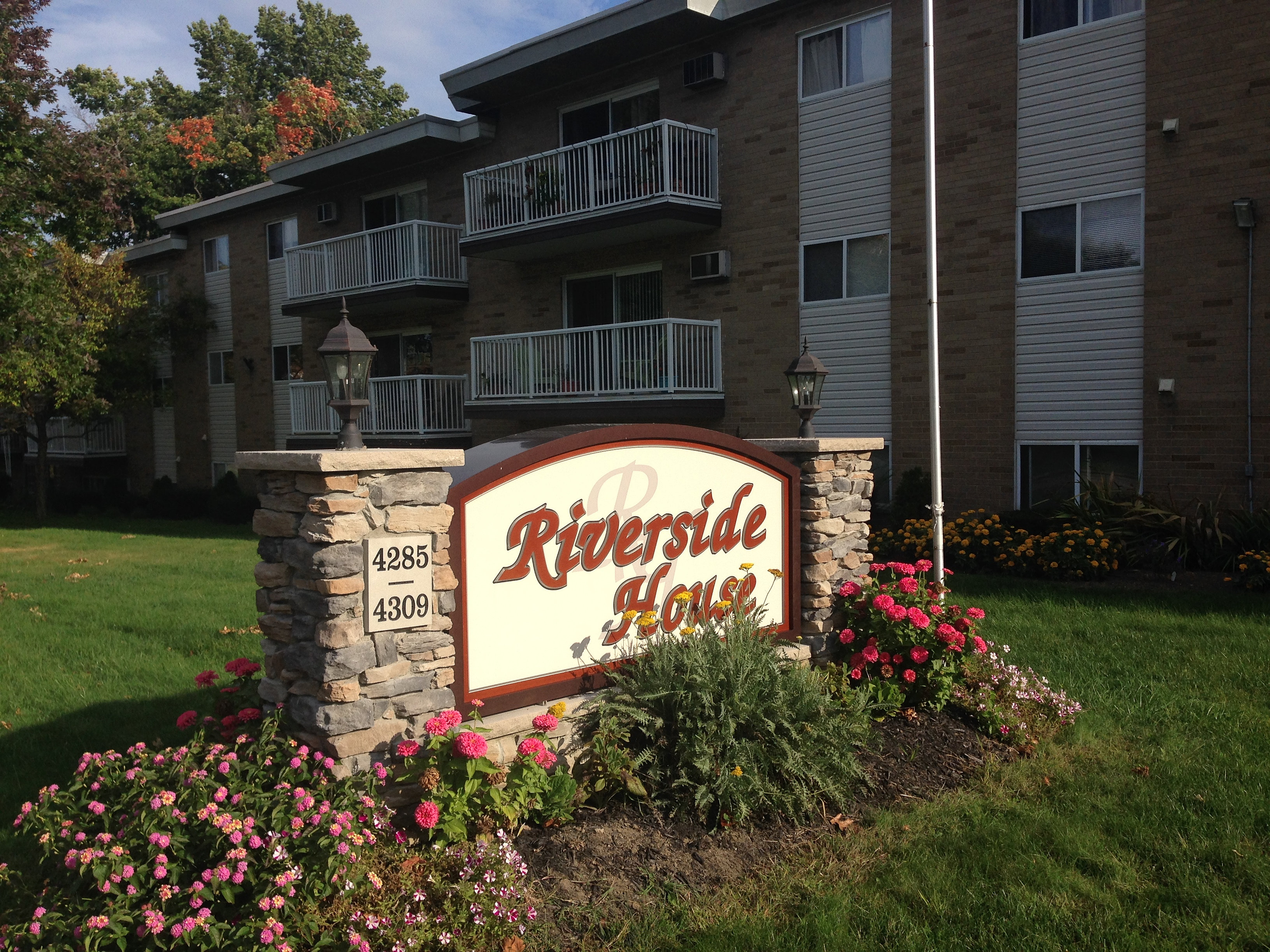 elayne riverside house apartments