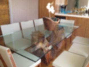 Mesa de Jantar com Base Orgânica e Tampo de Vidro
