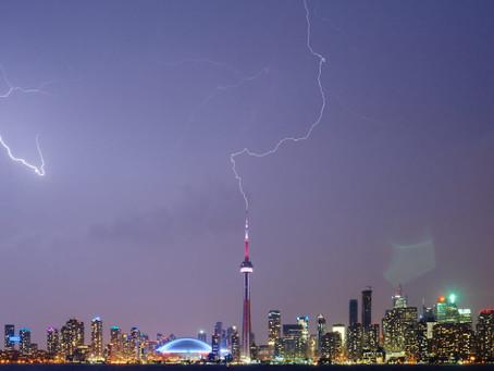 向上的闪电从附近的闪电事件中获得线索