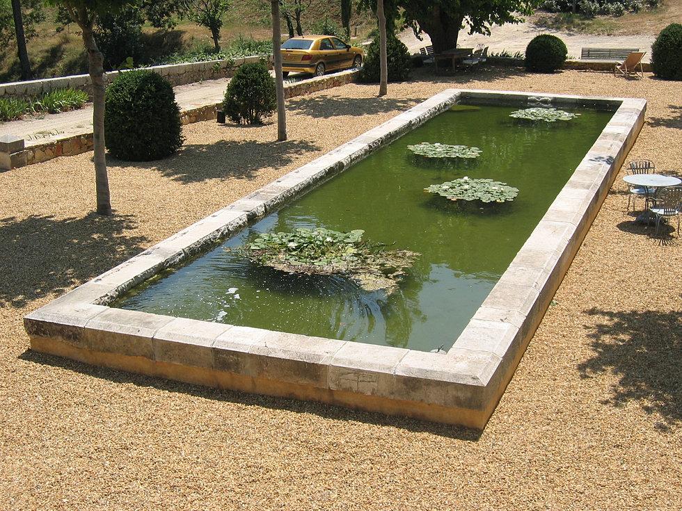 Mat riaux anciens et taille de pierre en provence var for Bassin de jardin en pierre