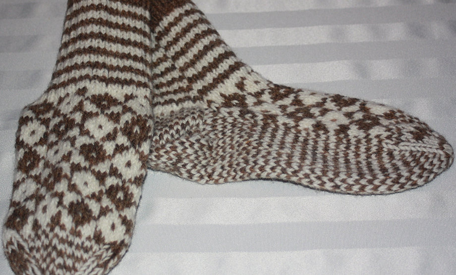 Double Knit Sock Pattern : Aunt Maggies Homespun Socks and Slippers