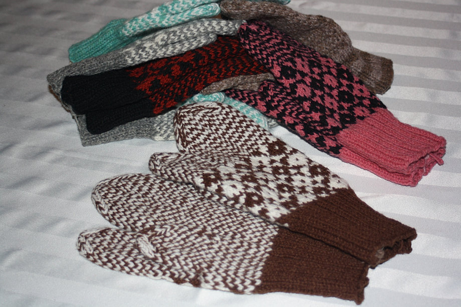 Trigger Gloves Knitting Pattern : Aunt Maggies Homespun Mittens and Gloves
