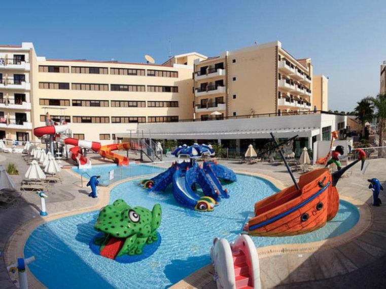 К услугам гостей 2 открытых и 2 крытых бассейна, а также 2 ресторана и бара.