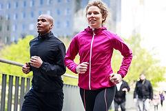 Femme et homme faisant du jogging
