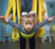 Niño en Air Yoga