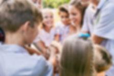 Kinder, die Hände häufen