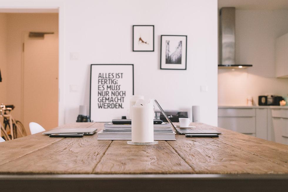 Espaço de trabalho de mesa de madeira
