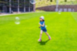 бегом по зеленой лужайке за пузырями