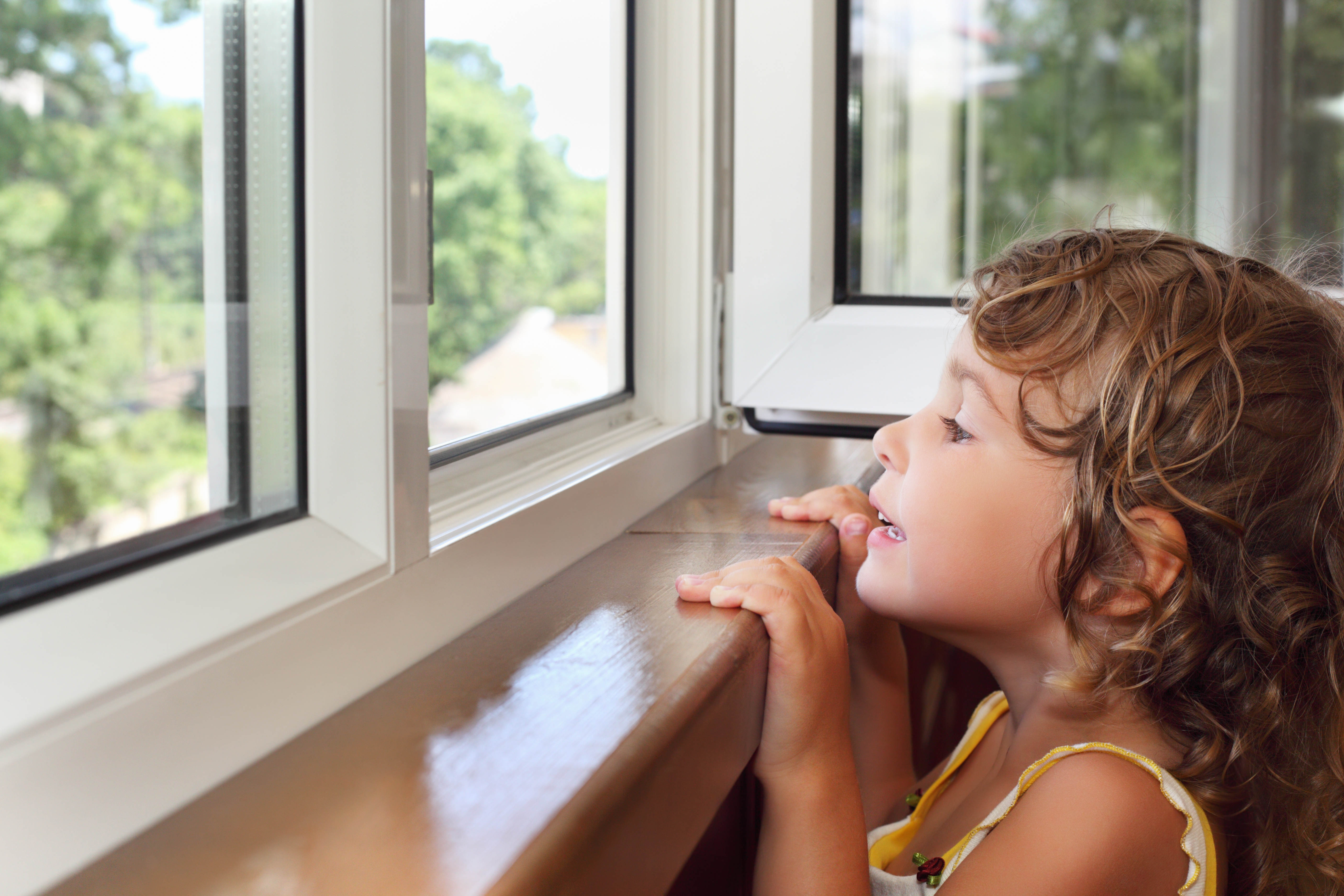 В бердске трехлетняя девочка выпала из окна и погибла imenno.
