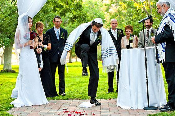 En la Chuppah al final de las bendiciones y los rezos, se pone una copa en una servilleta de tela y el novio la pisa, todos dicen Mazal Tov, que significa \u201c