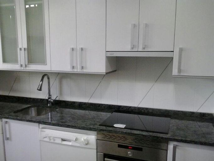 Encimera granito blanco interior de la cocina con gran - Remates encimeras cocinas ...