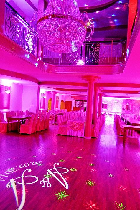Dekoracja sali weselnej światłem