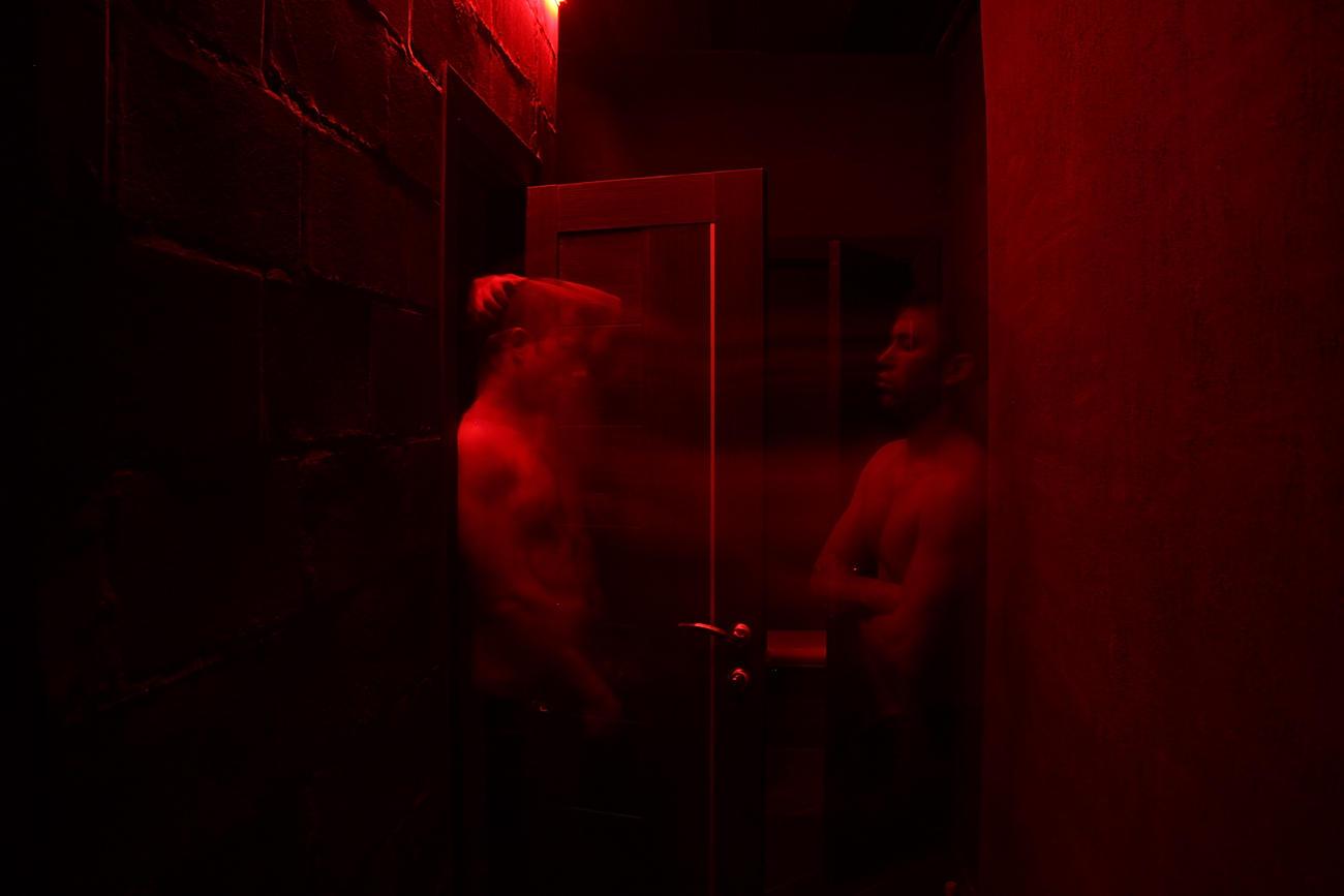 Кажется темная комната гей клуба