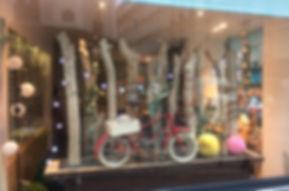 Créa vitrine Justine Lunettes, opticien à Paris, visual merchandising