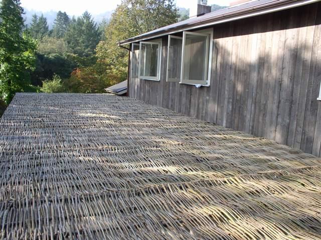 imagine de deasupra a unei terase umbrite cu panouri de rachita