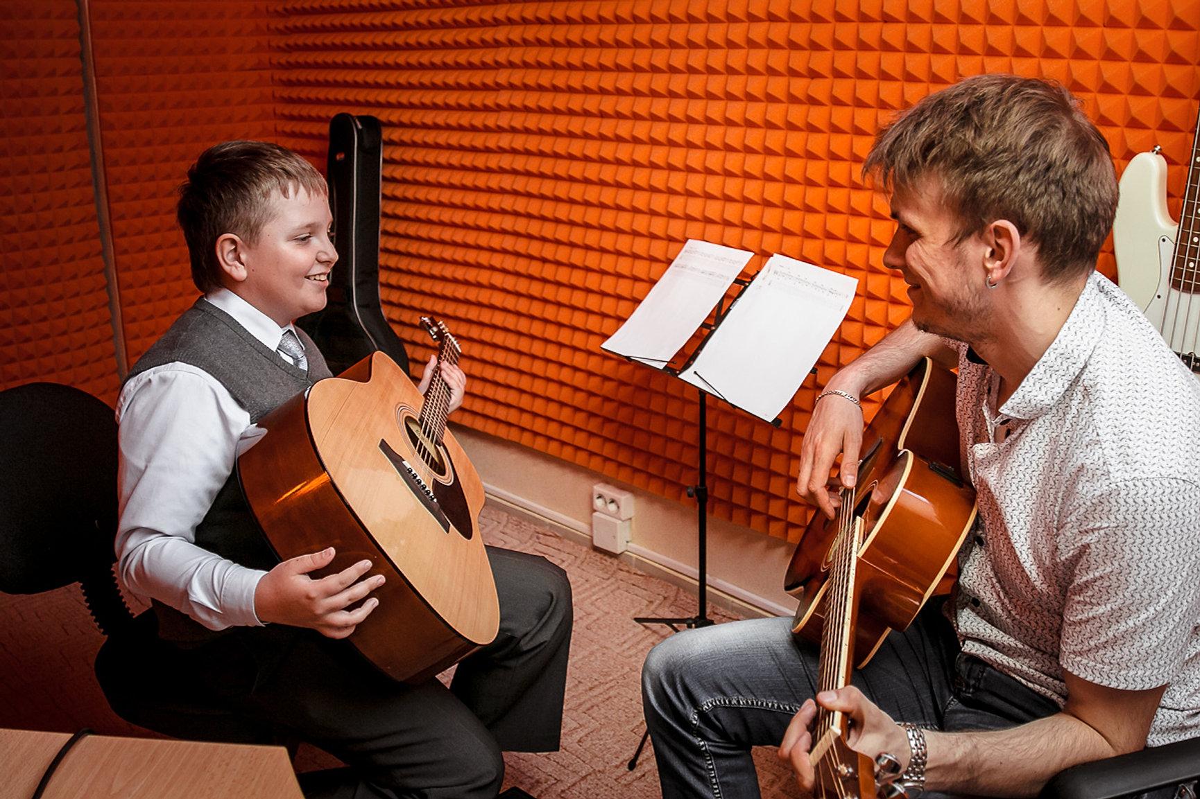 Обзоры видеокурсов обучения игры на гитаре вокала и