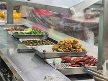 米國學校大碗公飯:社區媽媽烹調的豐富菜色
