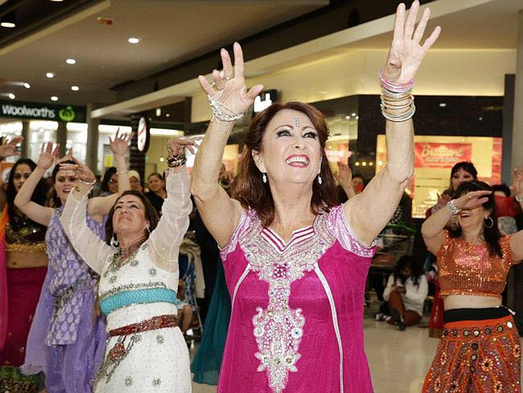 Terezka bellydance extraordinaire busting a move next to Lynne McGranger #DanceOriental