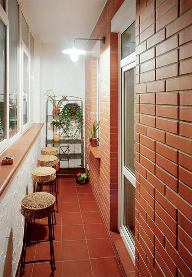 Отделка лоджий деревом: внутренняя обшивка стен и остекление.