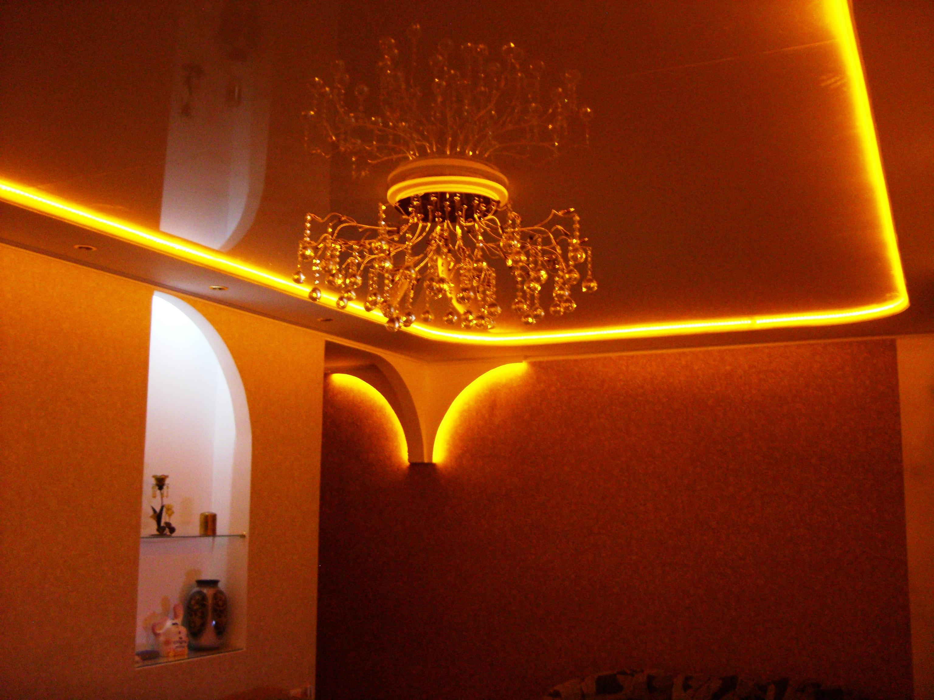 Светодиодная лента отражается в глянцевом потолке что делать