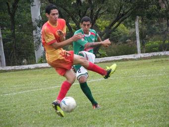 Juan Rodriguez despeja ante Cáceres de Luz y Fuerza