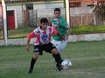 Juan Pablo Rodríguez marca de cerca al jugador de Alem