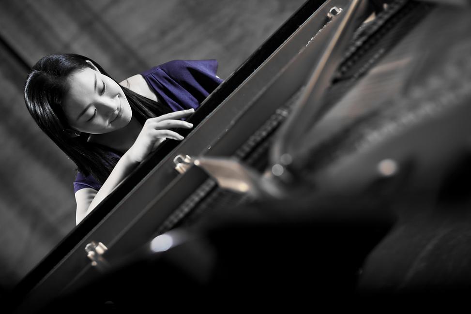 宣材ピアノ白黒.png