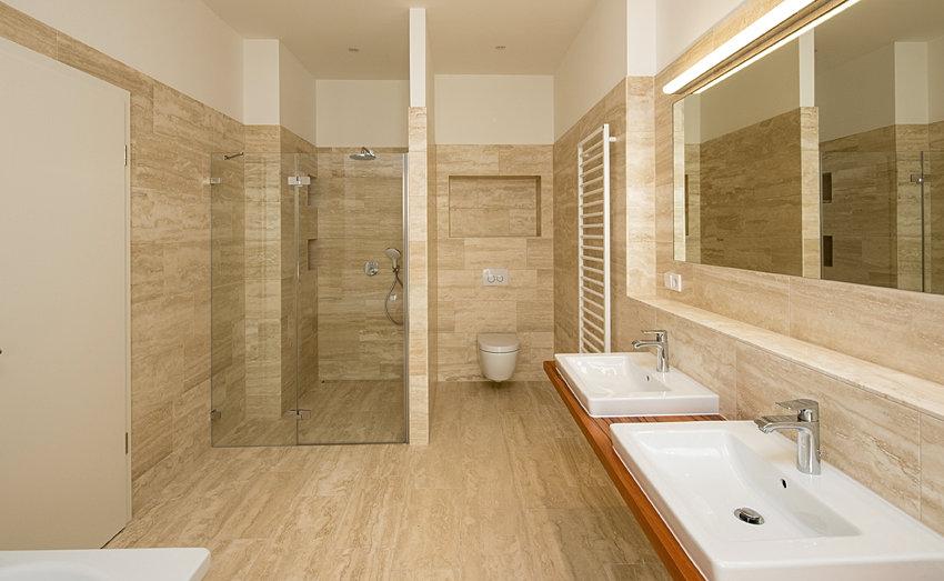Natursteinwand Badezimmer beige Farbe