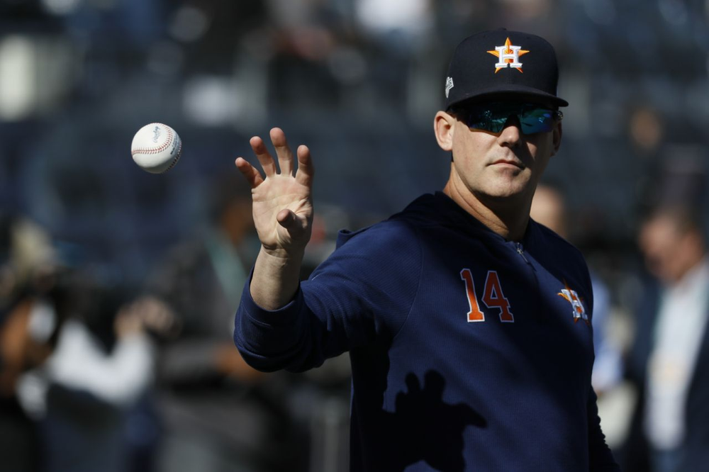 Hinch: Astros will come off field if fans throw objects