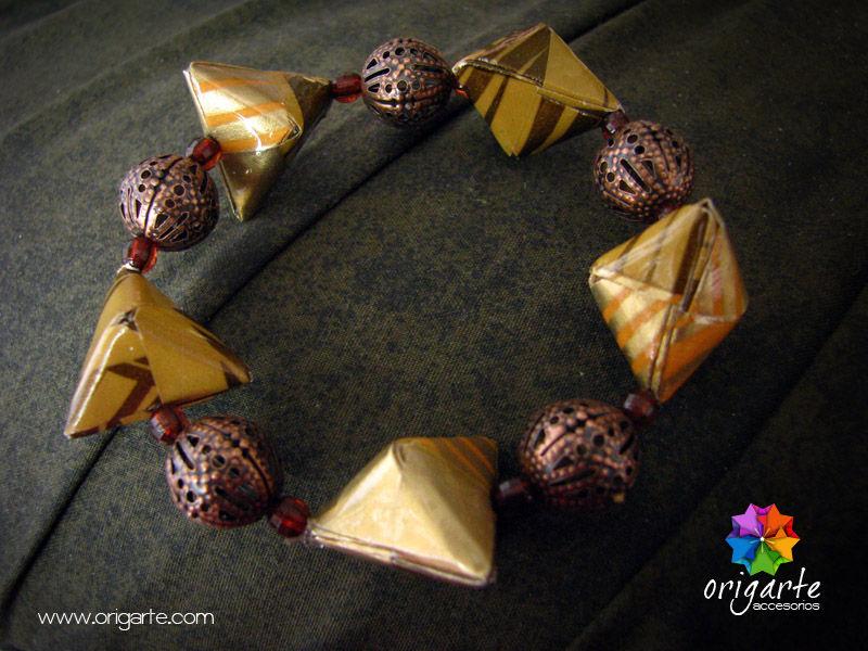 Pulsera de liga de diamantes de origami. Lleva mostacillas y bolas de filigrana color bronceVENDIDA. SE PUEDEN HACER VERSIONES SIMILARES