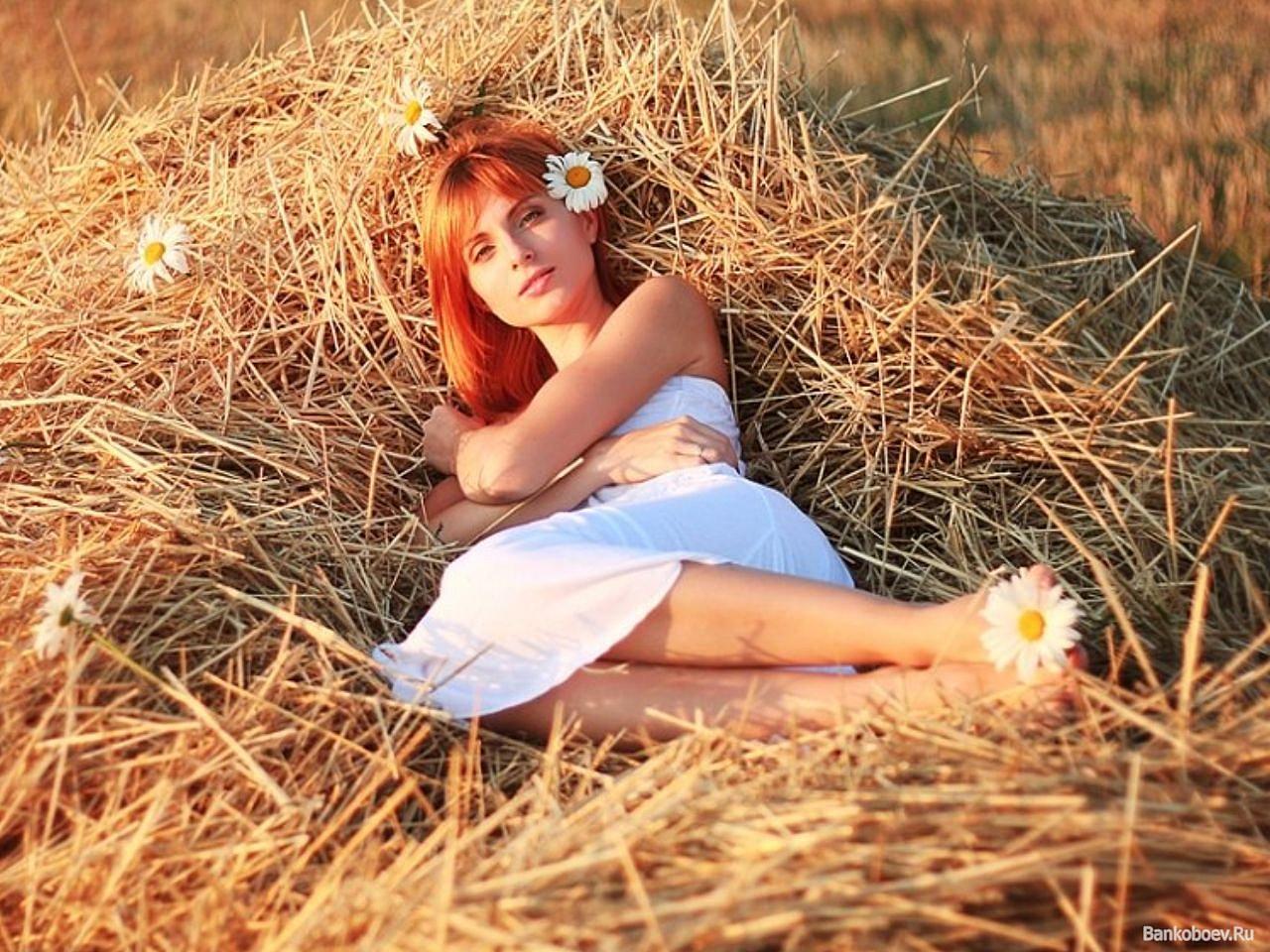 Фото девочки возле сена 21 фотография