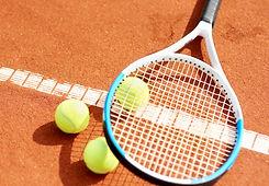 Tennisracket+og+ball+på+bane.jpg
