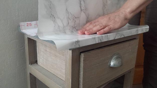 Lazy sunday je fabrique mon meuble marbre en 5 minutes for Papier a coller sur meuble