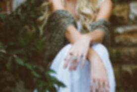 Hände der Frau mit Schmuck