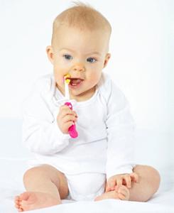 escovar os dentes do bebê