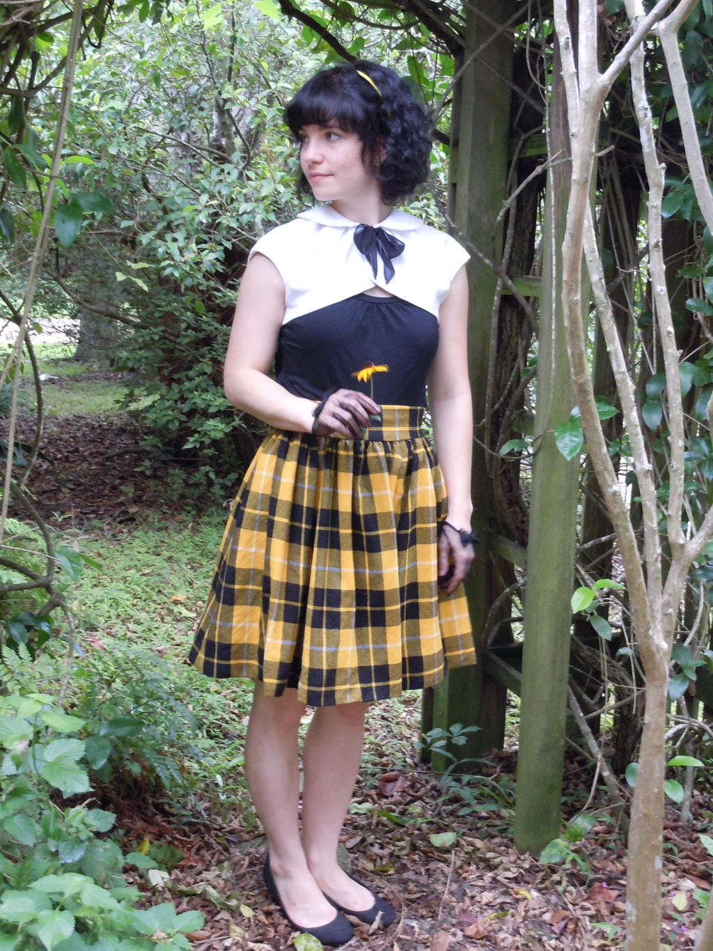 pleated, sleevless, cropped white corduroy shrug with peter pan collar and black bow