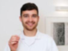 Dr Pawlak z nakładka na zębach i prezent