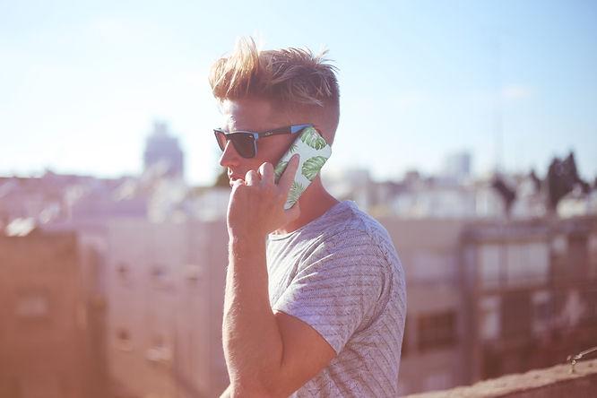 Facet trzyma telefon