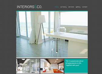 인테리어 디자이너의 작업실 Template - 건축가, 인테리어 디자이너, 그리고 부동산 중개업자를 위해 제작된 이 템플릿으로 차분한 느낌의 홈페이지를 제작하세요. 이미지를 업로드하고 각 이미지에 대한 자세한 소개도 추가하세요. 비즈니스 성격에 따라 디자인도 바꿔보세요.