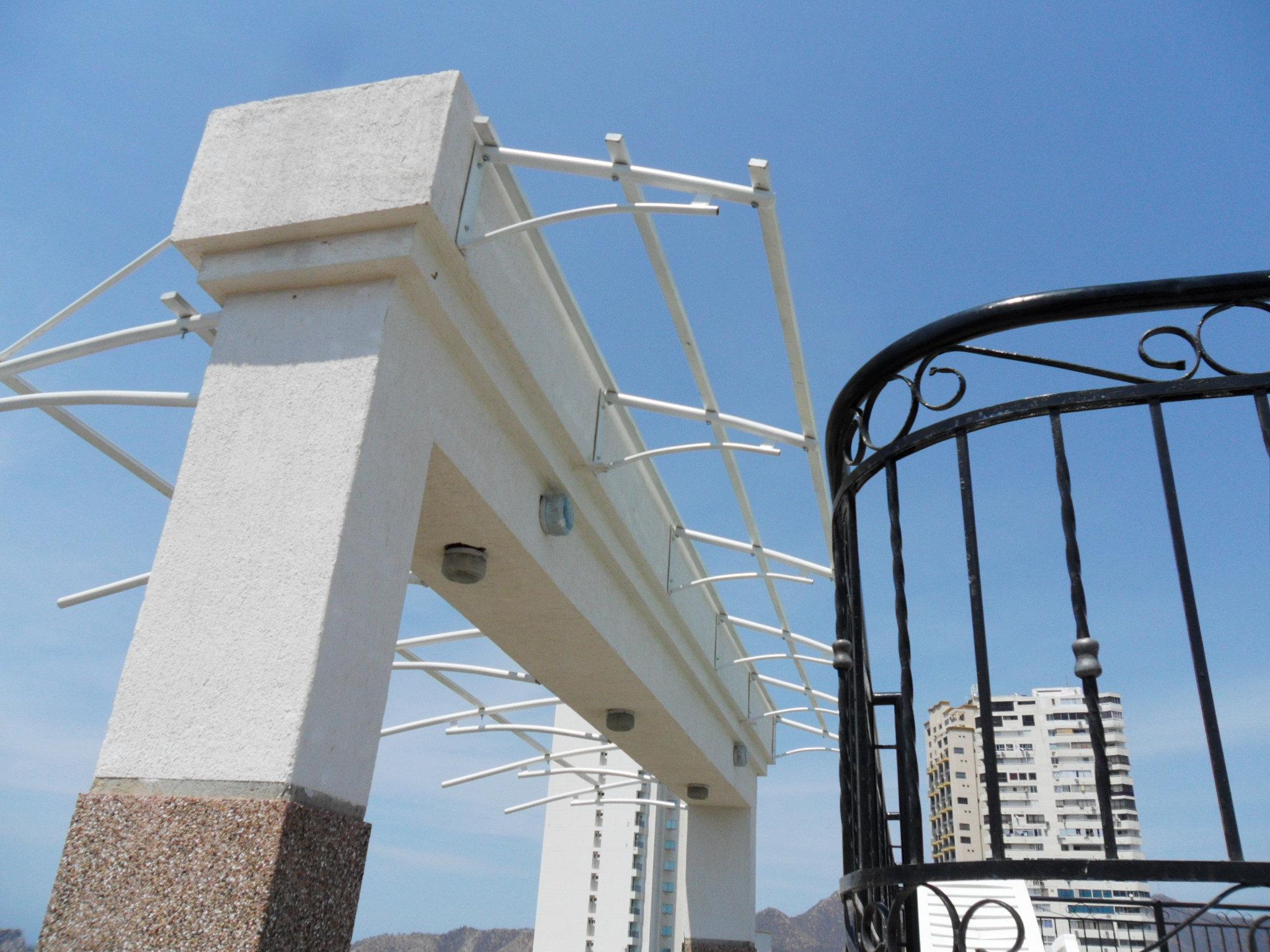 Parasoles y persiana del magdalena estructuras para techos for Estructuras para piscinas