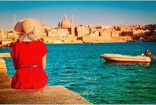 femme en rouge devant la mer.png